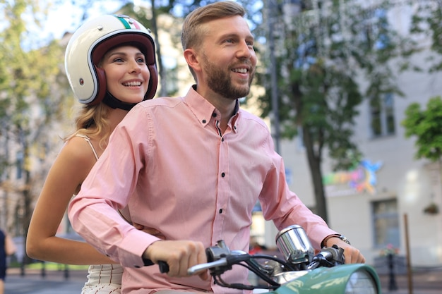 Jong koppel verliefd op een motor. ruiters die zich vermaken op reis. avontuur en vakanties concept.