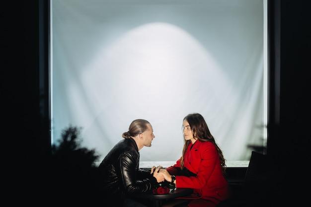 Jong koppel verliefd op een romantische date in de avond