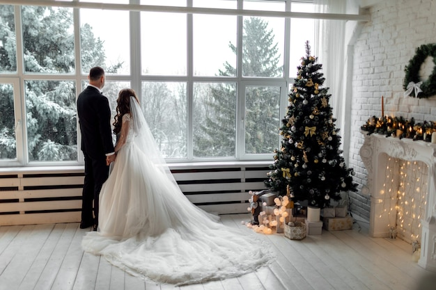 Jong koppel verliefd op huwelijksdag