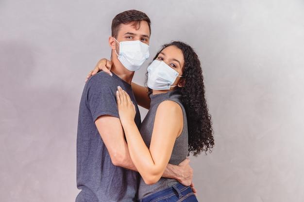Jong koppel verliefd op medisch masker