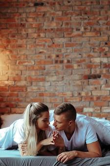 Jong koppel verliefd tijd samen doorbrengen. mooie vrouw en knappe man met intieme momenten thuis