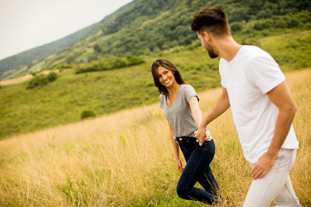 Jong koppel verliefd wandelen door grasveld
