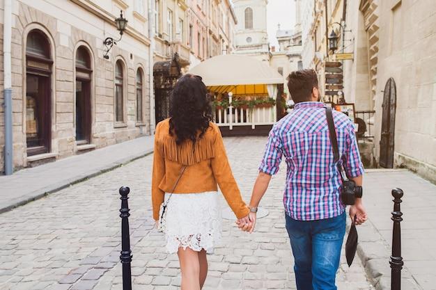 Jong koppel verliefd wandelen in de oude stad