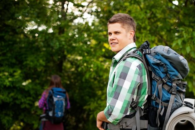 Jong koppel wandelen door bos