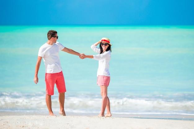 Jong koppel wandelen op tropisch strand