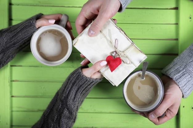 Jong koppel warme koffie drinken aan een houten tafel op een date