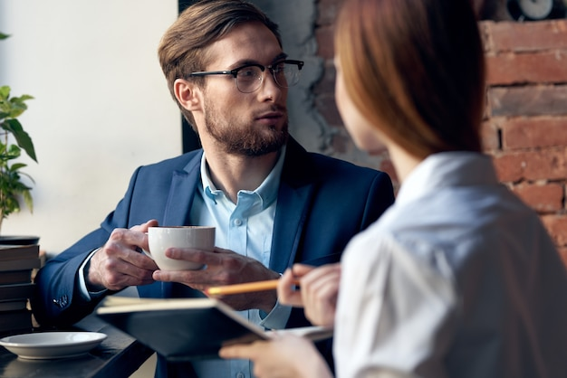 Jong koppel werken collega's professionele communicatie in een café