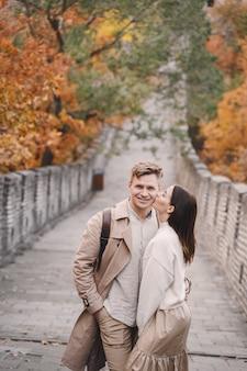 Jong koppel zoenen op de chinese muur