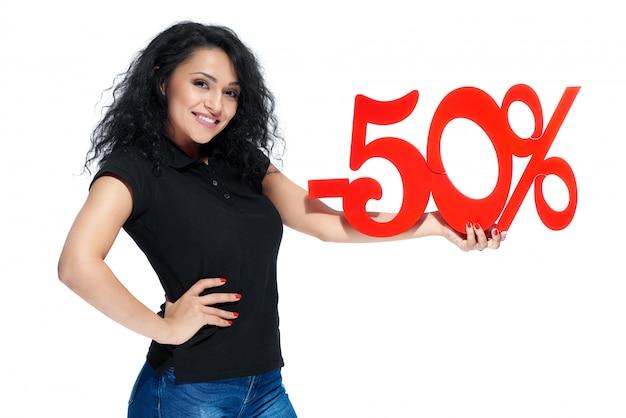 Jong krullend meisje met het rode teken van verkoop -50 verkoop
