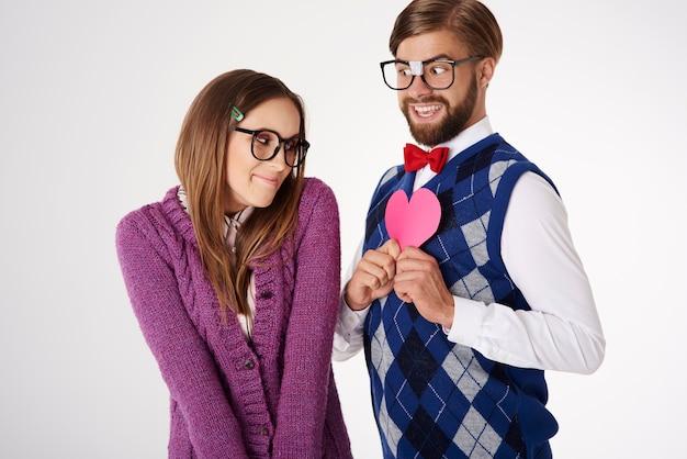 Jong leuk uitziend geekpaar dat geïsoleerde pret heeft