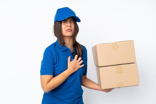 Jong leverings donkerbruin meisje over geïsoleerde witte muur die pijn in het hart hebben