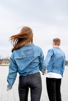 Jong liefdevolle paar dragen jeans tijd samen doorbrengen in het park met plezier