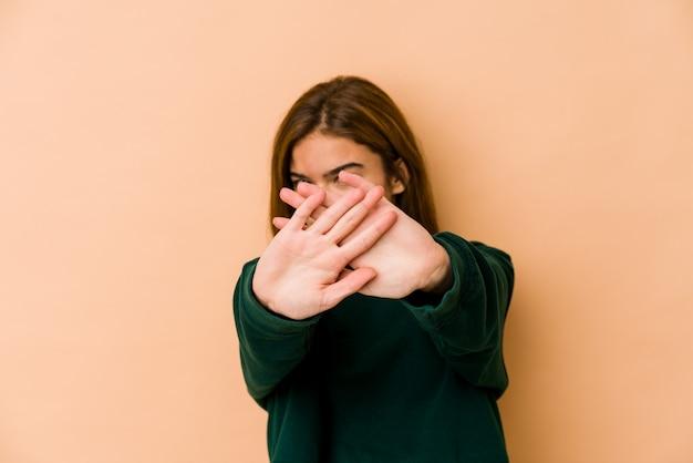 Jong mager kaukasisch tienermeisje die een ontkenningsgebaar doen