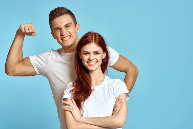 Jong man en vrouwenpaar in witte t-shirts