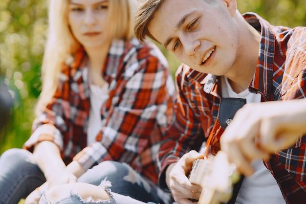 Jong man en vrouwenpaar op een de zomergebied