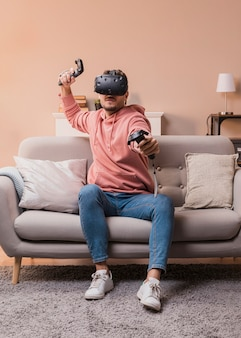 Jong mannetje dat met virtuele hoofdtelefoon speelt