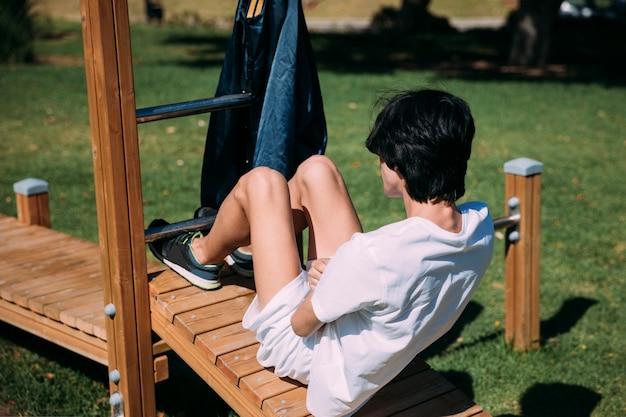 Jong mannetje dat op houten trainer uitoefent