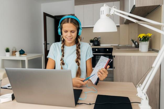 Jong meisje aandacht besteden aan online klasse