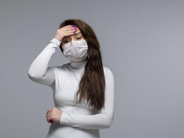 Jong meisje bezorgd met een ernstige hoofdpijn