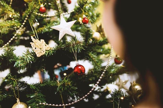 Jong meisje bij de kerstboom
