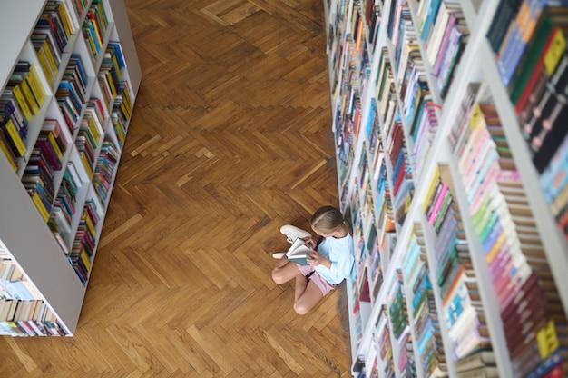 Jong meisje bladert door de pagina's van een boek