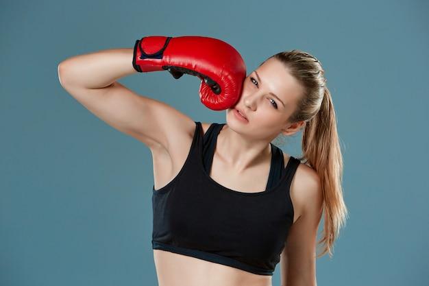 Jong meisje bokser ponsen zichzelf als zelf straf