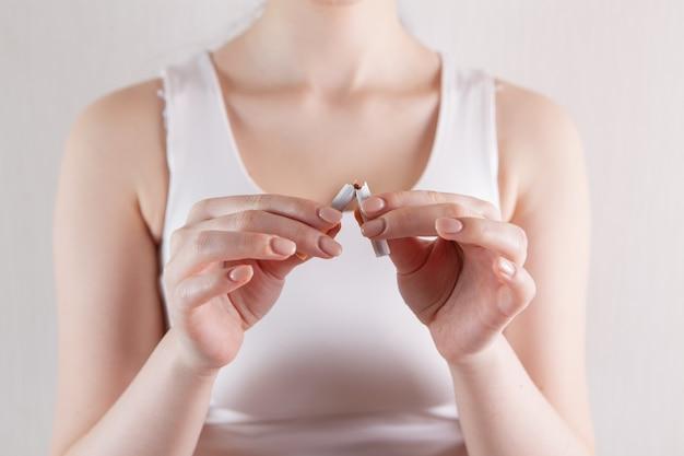 Jong meisje breekt een sigaret