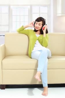 Jong meisje dat aan muziek luistert