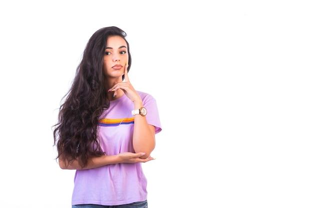 Jong meisje dat aandachtig luisteren handteken doet