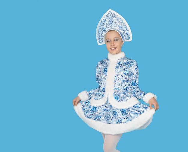 Jong meisje dat blauw pak van sneeuwmeisje draagt