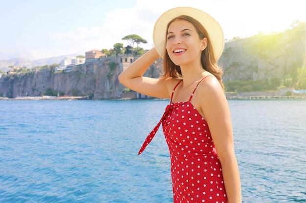 Jong meisje dat de kust van sorrento in zuidelijk italië bezoekt