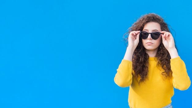 Jong meisje dat de ruimte van het zonnebrilexemplaar draagt