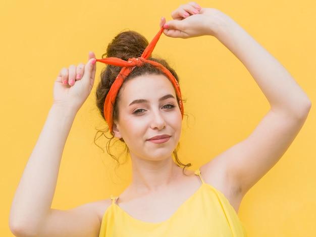 Jong meisje dat een bandana op haar hoofd heeft