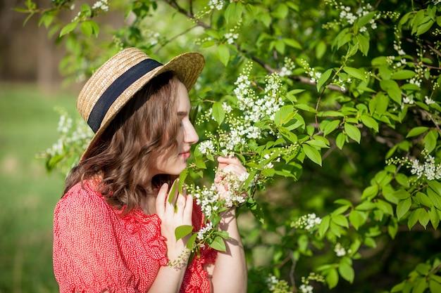 Jong meisje dat een bloeiende boom ruikt