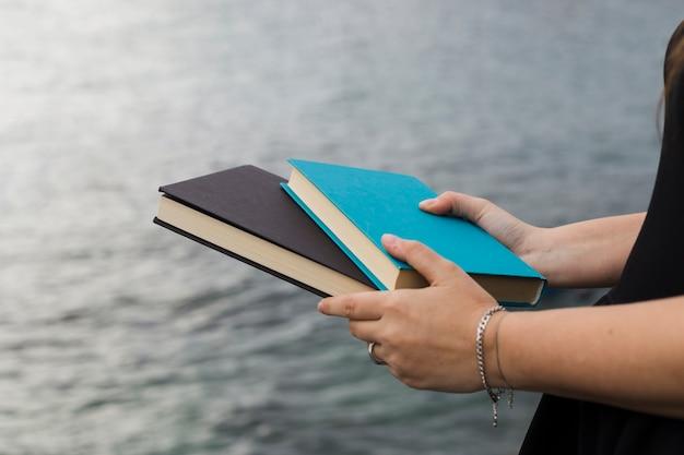 Jong meisje dat een boek houdt