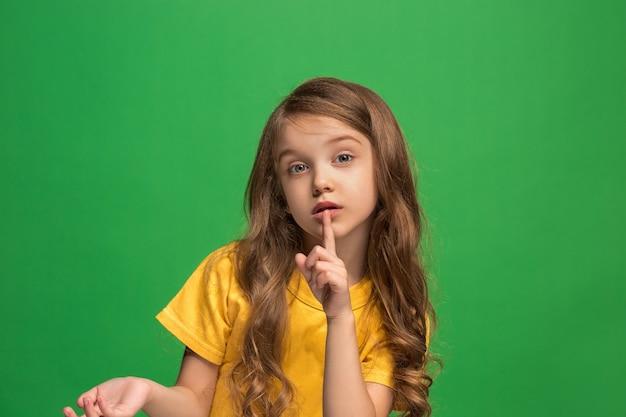Jong meisje dat een geheim achter haar hand fluistert