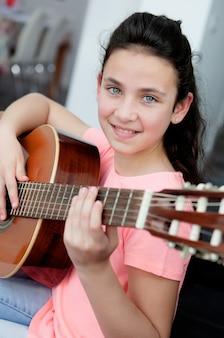 Jong meisje dat een gitaar thuis speelt