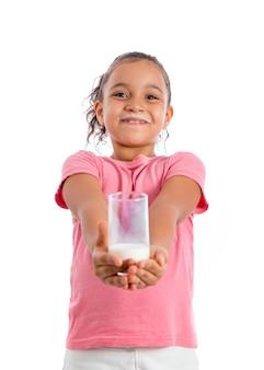 Jong meisje dat een melkglas houdt
