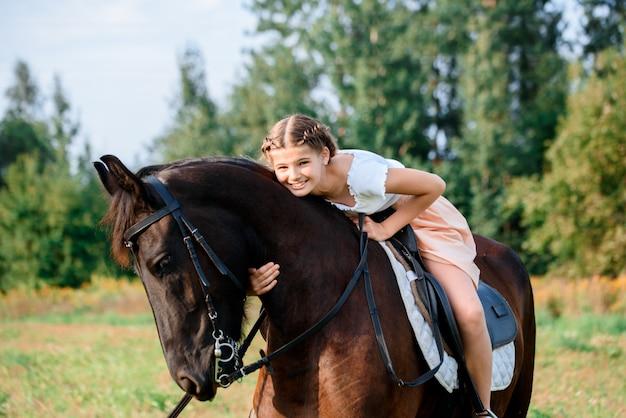 Jong meisje dat een paard berijdt