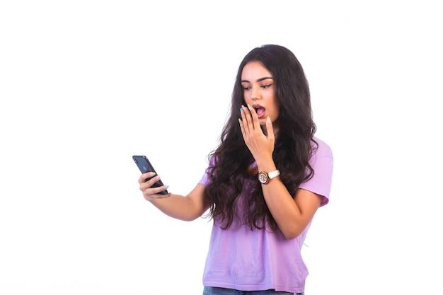 Jong meisje dat een selfie maakt of een videogesprek voert, raakt verrast