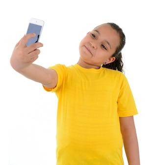 Jong meisje dat een selfie met telefooncamera neemt
