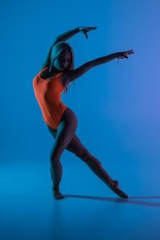 Jong meisje dat geïsoleerde gymnastiekoefening doet