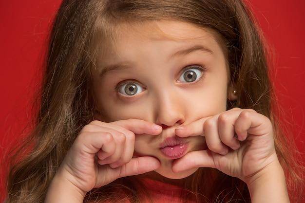 Jong meisje dat haar lippen houdt