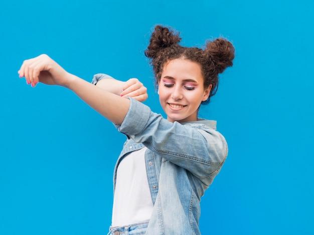 Jong meisje dat haar wapens uitrekt