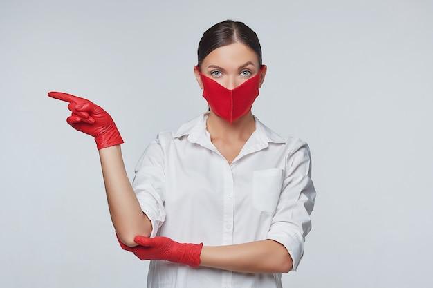 Jong meisje dat handschoenen en een gezichtsmasker draagt.