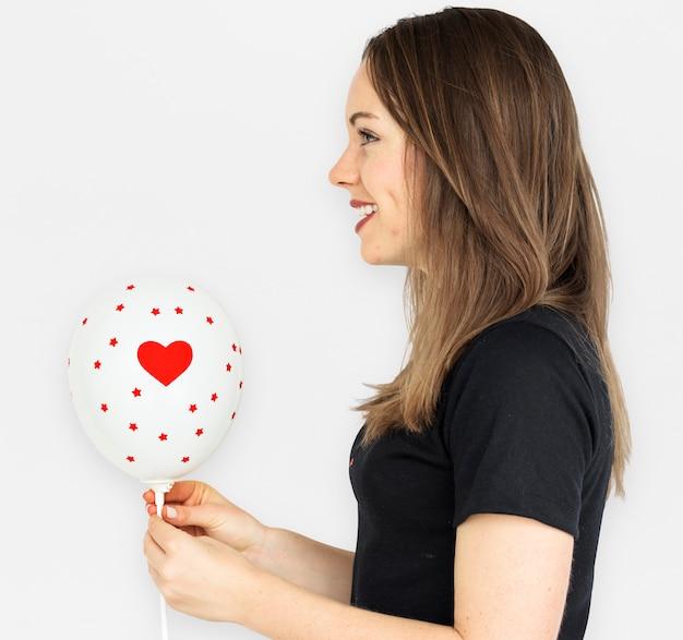Jong meisje dat houdend een ballon glimlacht