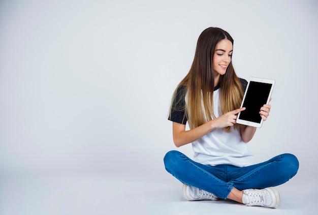 Jong meisje dat iets uit de tablet laat zien