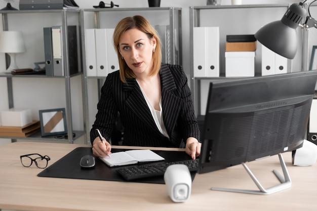 Jong meisje dat in het bureau werkt.