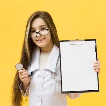 Jong meisje dat leeg klembord houdt
