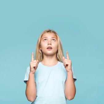Jong meisje dat met exemplaar-ruimte benadrukt